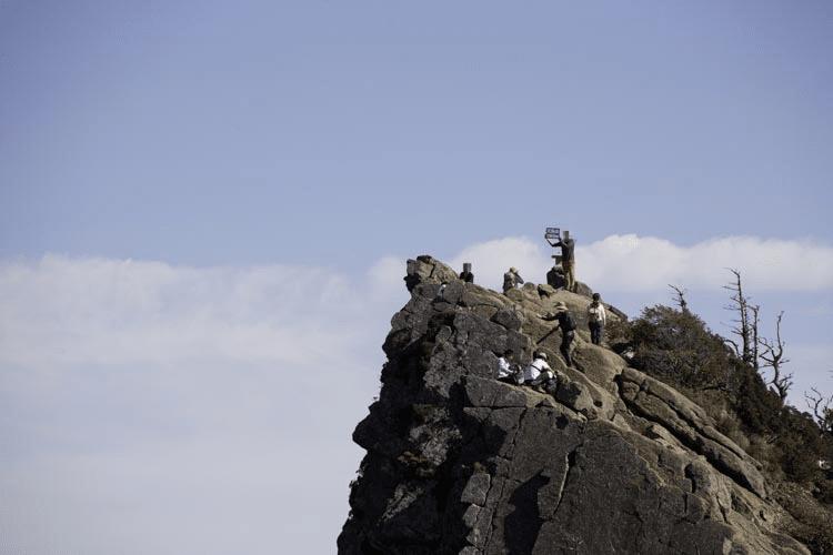 天狗岳に登る人の画像
